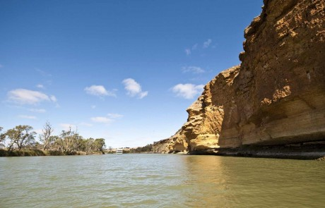 Murray River cliffs. Credit: SATC